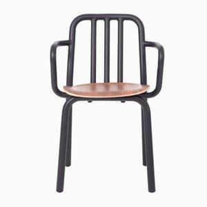 Silla Tube negra con asiento de nogal y reposabrazos de Eugeni Quitllet para Mobles114