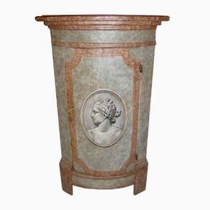 Antiker lackierter Holzschrank