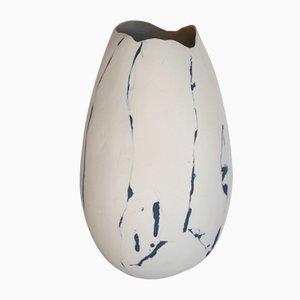 Jarrón de porcelana con neriage en azul oscuro de Elsa Dinerstein
