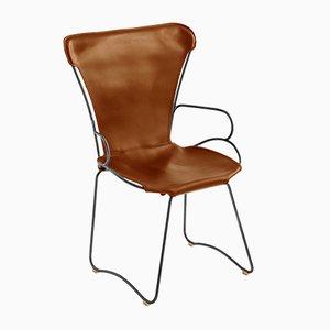 Hug Armlehnstuhl mit Gestell aus schwarzem Stahl & Sitz aus tabakfarbenem pflanzlich gegerbtem Leder von Jover+Valls