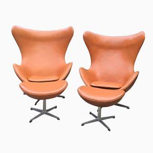 Chaises et Ottomanes Egg Chairs en Cuir Cognac par Arne Jacobsen pour Fritz Hansen, 1966, Set de 2