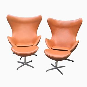 Cognac Leather Egg Chairs & Ottomans by Arne Jacobsen for Fritz Hansen, 1966, Set of 2