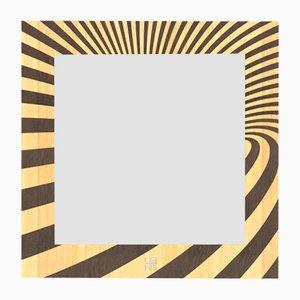 Specchio a muro Optical della serie Dolcevita in legno intarsiato marrone chiaro e scuro di Lignis