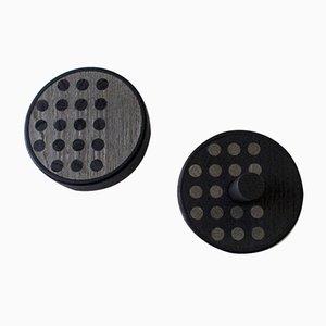 Colgadores de pared Inverso Point de madera maciza teñida de negro con incrustaciones de fresno en gris y negro de Lignis. Juego de 2