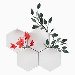 Jarrones de pared Teumsae en blanco puro con flores hechas a mano de Extra&ordinary Design. Juego de 4