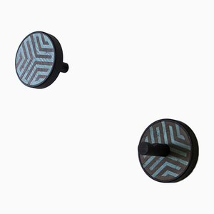 INVERSO Arrow Wandhaken aus Esche und schwarzgefärbtem Holz von Lignis, 2er Set