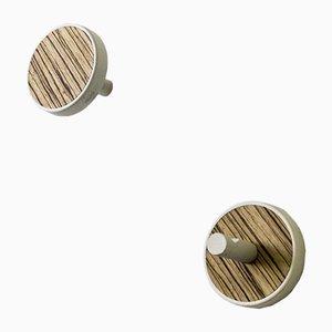 Colgadores de pared Inverso Élite Zebrano de madera maciza teñida en blanco con incrustaciones de zebrano de Lignis. Juego de 2