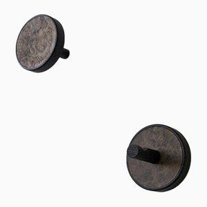 Colgadores de pared Inverso Élite Radica de madera maciza teñida en negro con incrustaciones de madera nudosa de nogal de Lignis. Juego de 2