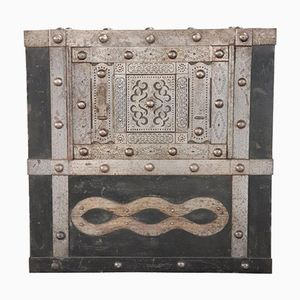 Caja de caudales antigua de hierro forjado con remaches, década de 1810