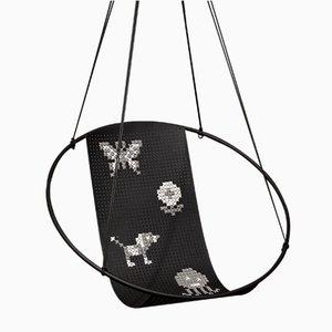 Silla colgante Cross Stitch bordada en negro de Studio Stirling