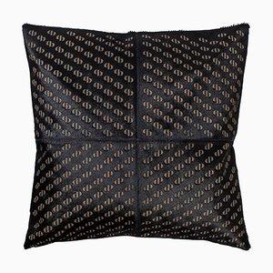 Pechschwarzes gemustertes Kissen aus Rindsleder mit Lederriemen am Reißverschluss von Casa Botelho
