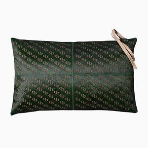 Seetanggrünes gemustertes Kissen aus Rindsleder mit Lederriemen am Reißverschluss von Casa Botelho