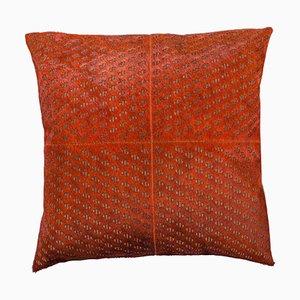 Gemustertes Kissen aus Rindsleder in gebranntem Orange mit Lederriemen am Reißverschluss von Casa Botelho