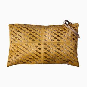 Senfgelbes gemustertes Kissen aus Rindsleder mit Rückseite aus Veloursleder & Lederriemen am Reißverschluss von Casa Botelho