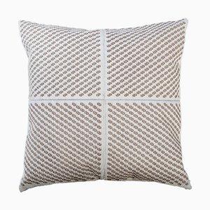 Cuscino bianco in pelle con motivi geometrici di Casa Botelho