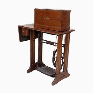 Máquina de coser Treadle vintage con accesorios de Singer, años 50