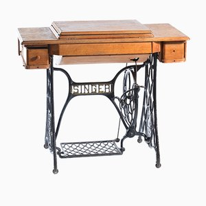 Antike deutsche Nähmaschine mit Tisch von Singer, 1908