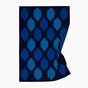 Meeresblaue Spotted & Beyond Decke mit Kiesel-Muster von Catharina Mende