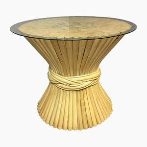 Mesa auxiliar de bambú con gavilla de trigo de ratán de McGuire, años 60