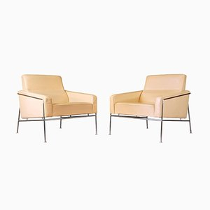Butacas Series 3300 de cuero crema de Arne Jacobsen para Fritz Hansen, años 50. Juego de 2