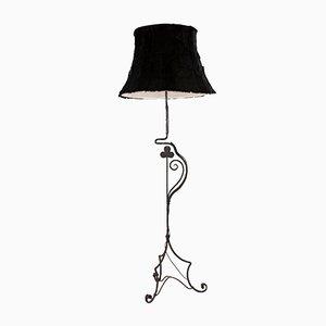 Antike Stehlampe aus Schmiedeeisen mit einem Lampenschirm aus Fell