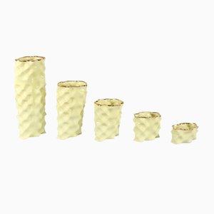 Porcellane Ø Wave giallo pastello e dorate di Mari JJ Design