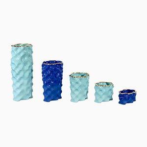 Porcellane Ø Wave color ciano, blu cobalto e dorate di Mari JJ Design