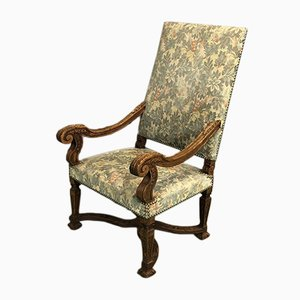 Französischer Armlehnstuhl aus Nussholz