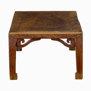 Niedriger chinesischer Tisch aus geschnitztem Ulmenholz, 19. Jh.