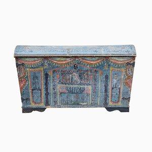 Antike bemalte Truhe mit gebogenem Deckel