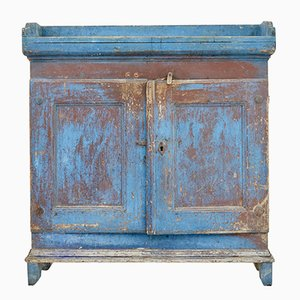 Antiker schwedischer lackierter Schrank aus rustikalem Pinienholz