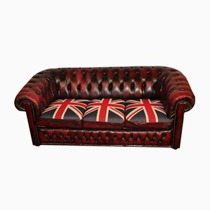 Divano a tre posti Chesterfield in pelle rossa scura con bandiera del Regno Unito sui cuscini , anni '60