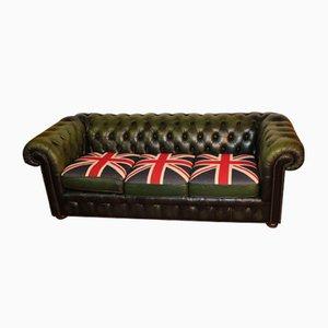 Divano a tre posti Chesterfield in pelle verde con bandiera del Regno Unito sui cuscini , anni '60
