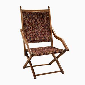 Silla británica antigua tapizada en material de alfombra