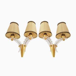 Lámparas de pared francesas vintage de latón y plexiglás, años 50. Juego de 2