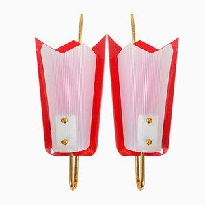 Lampade da parete in ottone, plexiglas e plastica rossa, anni '50, set di 2