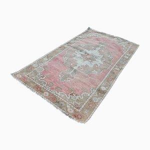 Blasser türkischer Vintage Teppich mit geometrischem Design