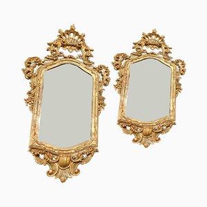Espejos italianos antiguos de madera tallada y dorada. Juego de 2