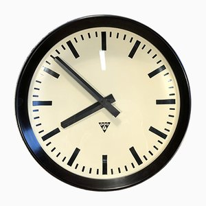 Reloj de pared de fábrica industrial grande de baquelita de Pragotron, años 60