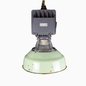 Lámpara de fábrica industrial esmaltada en verde, años 50