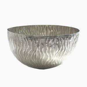 Silberne Lotus Schale mit Linien-Muster von Katie Watson
