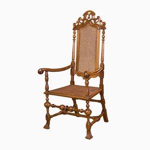 Antiker spanischer Armlehnstuhl aus geschnitztem Nussholz