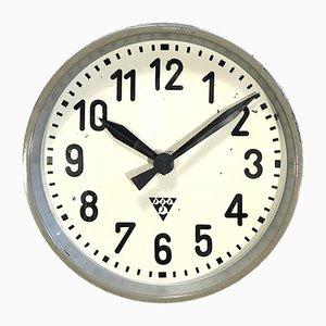 Reloj de pared de fábrica industrial gris de Pragotron, años 50