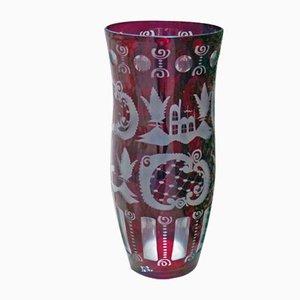 Jarrón de vidrio rojo con decoración grabada, años 30