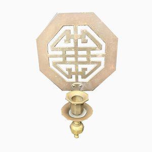 Candelero con chinoiserie Mid-Century de latón