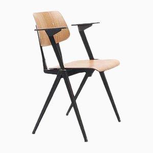 Stapelbarer S16 Armlehnstuhl aus Eiche mit schwarzem Gestell von Galvanitas, 1960er