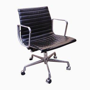 Sedia girevole EA335 in alluminio e pelle di Charles & Ray Eames per Herman Miller, 2008