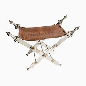 Taburete plegable de cuero, acero y latón con patas en forma de espadas, años 60
