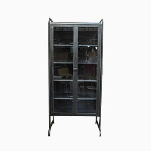 Mueble de farmacia vintage de metal pulido y vidrio, años 50