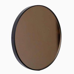Espejo Orbis redondo teñido en bronce con marco negro de Alguacil & Perkoff Ltd
